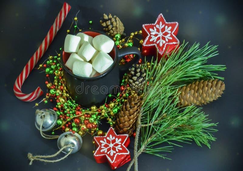 La Navidad, tarjeta del Año Nuevo Ramas de la picea, velas bajo la forma de estrella, una taza de melcochas Tarde mágica superior fotografía de archivo
