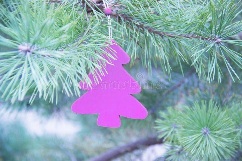 La Navidad tradicional o el Año Nuevo adornó el árbol con un juguete de madera del abeto de la lavanda foto de archivo