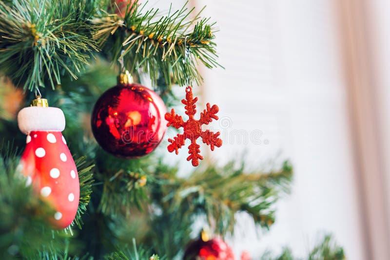 La Navidad tradicional o el Año Nuevo adornó el árbol con un juguete del copo de nieve imagen de archivo libre de regalías