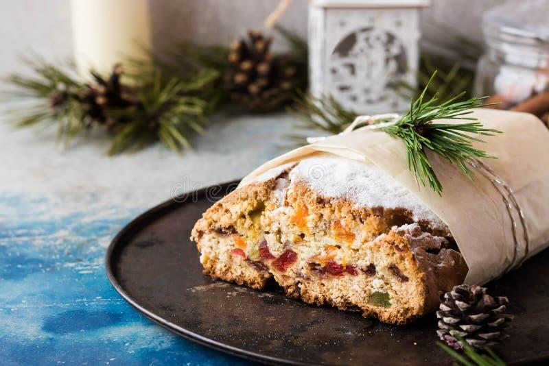 La Navidad tradicional stollen con frutos secos y frutas escarchadas fotografía de archivo libre de regalías