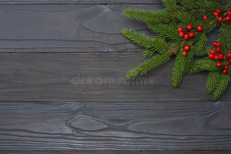 La Navidad Visión superior con el espacio de la copia Árbol de abeto en fondo de madera oscuro fotografía de archivo libre de regalías