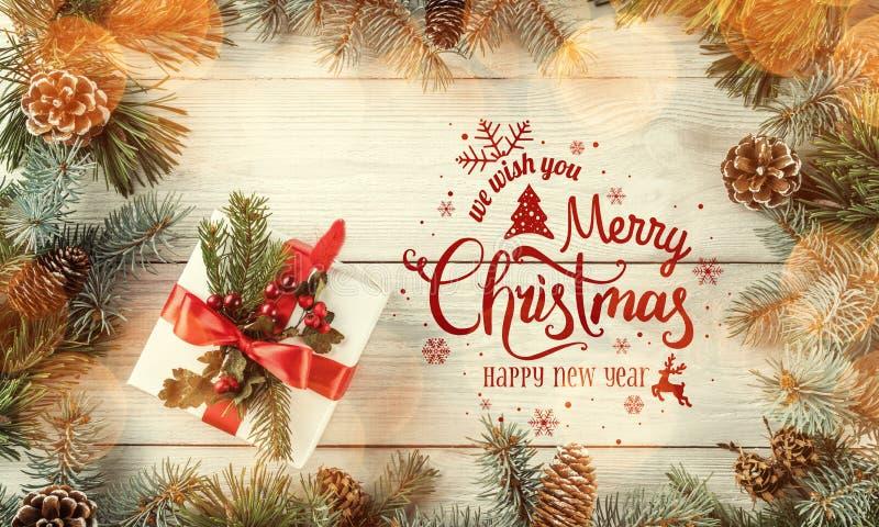 La Navidad y Año Nuevo tipográficos en el fondo de madera blanco con las ramas del abeto, regalo, cámara Tema de Navidad y de la  ilustración del vector