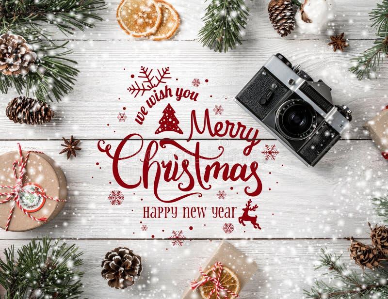 La Navidad y Año Nuevo tipográficos en el fondo de madera blanco con las ramas del abeto, regalos, cámara Tema de Navidad y de la stock de ilustración