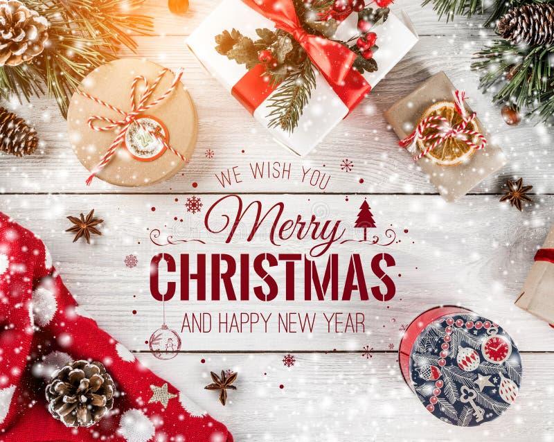 La Navidad y Año Nuevo tipográficos en el fondo de madera blanco con las ramas del abeto, regalos Tema de Navidad y de la Feliz A libre illustration