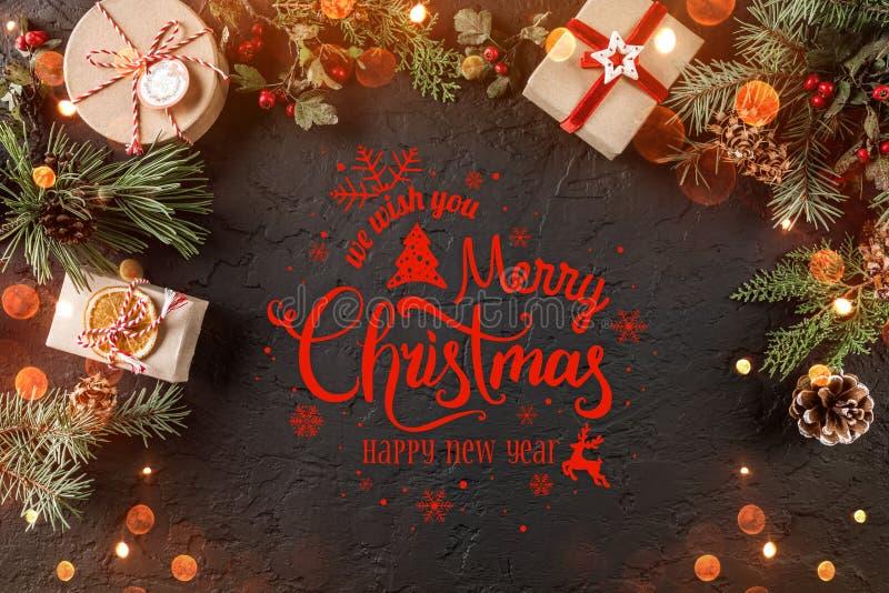 La Navidad y Año Nuevo tipográficos en fondo del día de fiesta con las ramas del abeto, regalos, bayas Tarjeta de Navidad y de la stock de ilustración