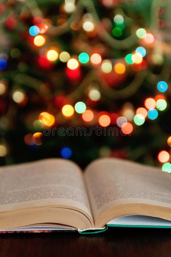 La Navidad y biblia con el fondo ligero borroso de las velas fotografía de archivo