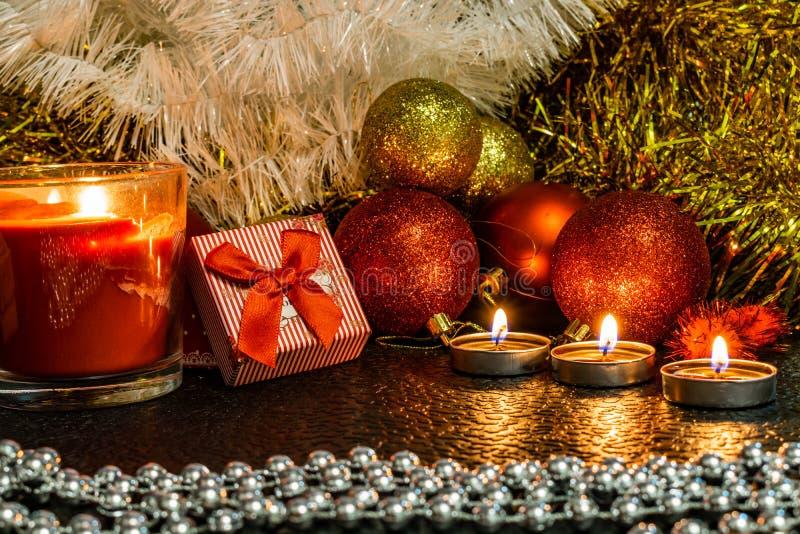 La Navidad y composición del ` s del Año Nuevo de las bolas rojas para los árboles de navidad y la malla de oro, teniendo en cuen imagen de archivo