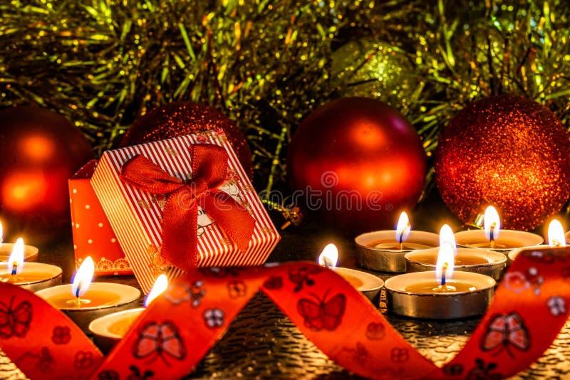 La Navidad y composición del ` s del Año Nuevo de las bolas rojas para los árboles de navidad y la malla de oro, teniendo en cuen foto de archivo libre de regalías