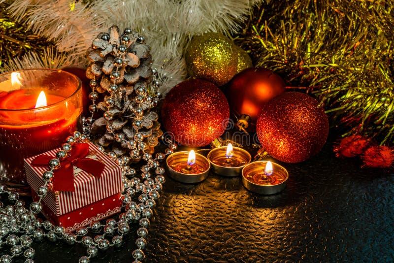 La Navidad y composición del ` s del Año Nuevo de las bolas rojas para los árboles de navidad y la malla de oro, teniendo en cuen imagenes de archivo