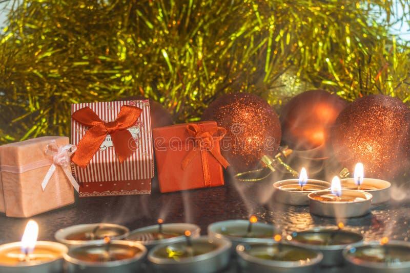 La Navidad y composición del ` s del Año Nuevo de las bolas rojas para los árboles de navidad y la malla de oro, teniendo en cuen fotos de archivo libres de regalías