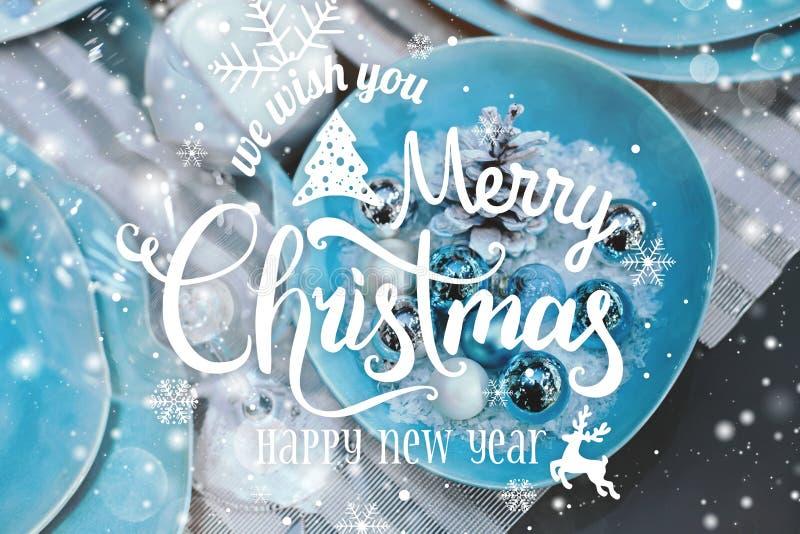 La Navidad y el Año Nuevo tipográficos en la Navidad presentan el cubierto con empañado, encendido, brillando intensamente foto de archivo