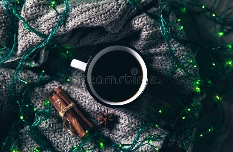 La Navidad y guirnaldas Concepto acogedor del invierno Flatlay del suéter hecho punto gris Fin de semana caliente en tiempo frío foto de archivo libre de regalías