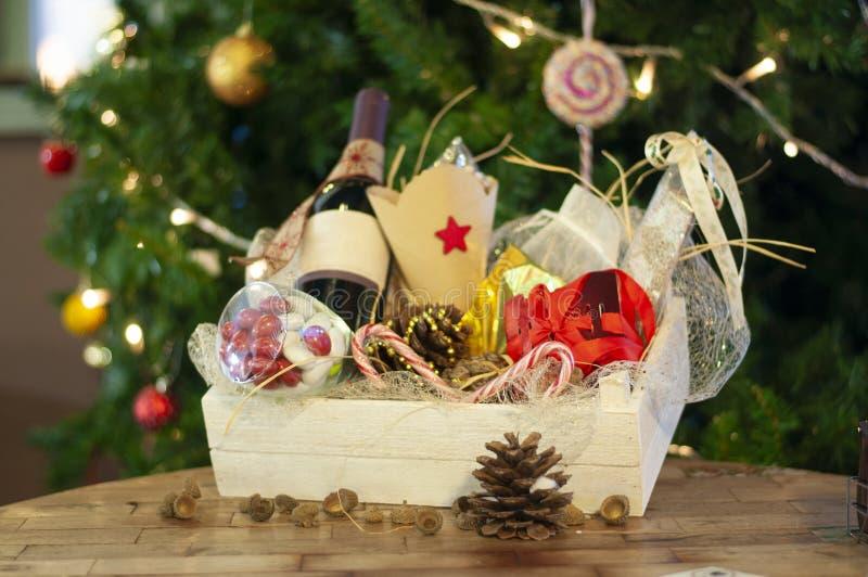 La Navidad y regalos y cestas del Año Nuevo con los dulces, alcohol, c fotos de archivo libres de regalías