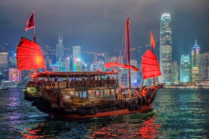 La navigation d'ordure de Hong Kong la nuit sur le fond de gratte-ciel chez Tsim Tsim Sha Tsui par Victoria Harbor photos libres de droits