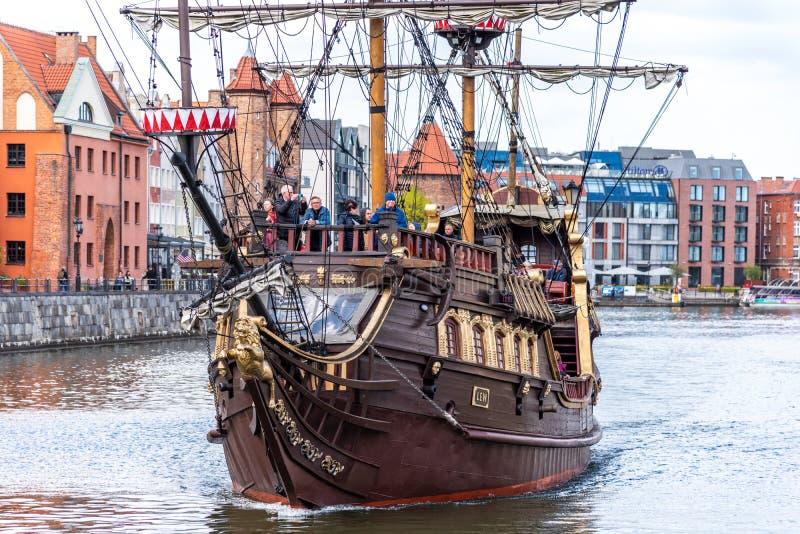 La navigation de Galeon embarquent la navigation de Lew ? sa couchette sur la rivi?re Danzig, Pologne de Motlawa photos stock