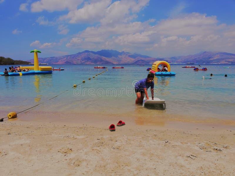 la navigation du ciel bleu de mer de plage opacifie la fille nuageuse d'horizon de jour de l'eau de bateau d'île bleue heureuse e photo stock