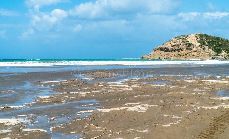 La navigation et surfer en ?le de Rhodes, Prasonisi est l'endroit pour cette cause de sport des grands vents et des vagues ?norme photos libres de droits