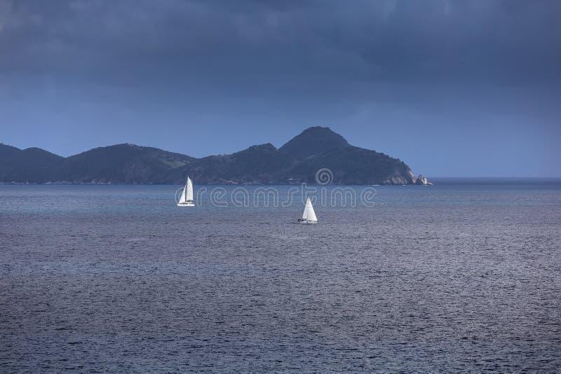 La navigation fait de la navigation de plaisance avec les voiles blanches en mer ouverte photographie stock