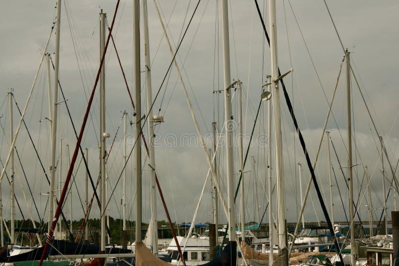La navigation mâte la sortie le ciel nuageux photos stock