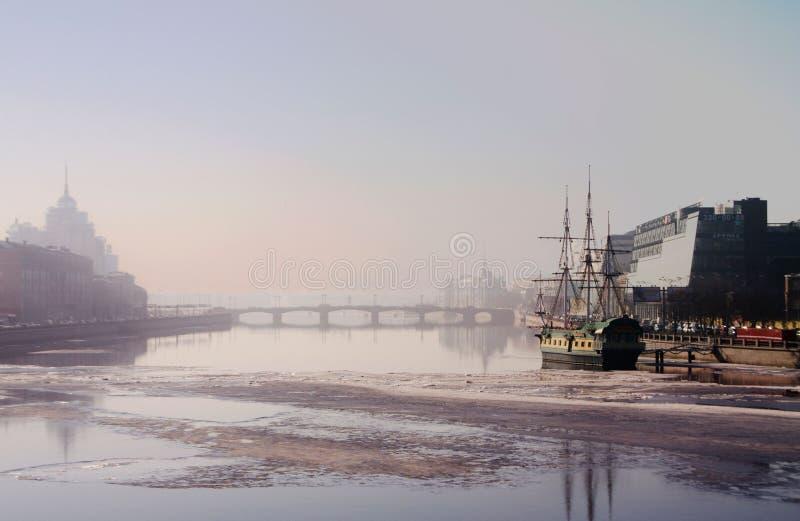 La nebbia di marzo del san Peterburg fotografia stock