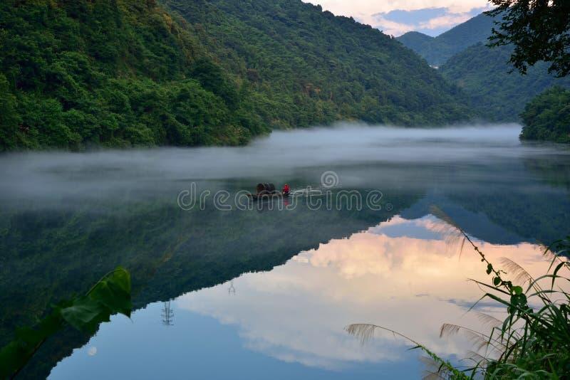 La nebbia sul fiume si trasforma in in un bello paesaggio nel fiume di Xiaodong, hunan, Cina fotografie stock libere da diritti