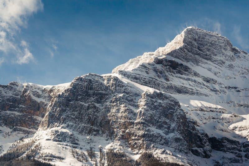 La neige a épousseté le sommet de montagne en parc national de Banff, Canada images libres de droits