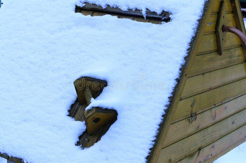 La neige blanche a couvert le vieux puits d'eau dans un village d'hiver photos stock