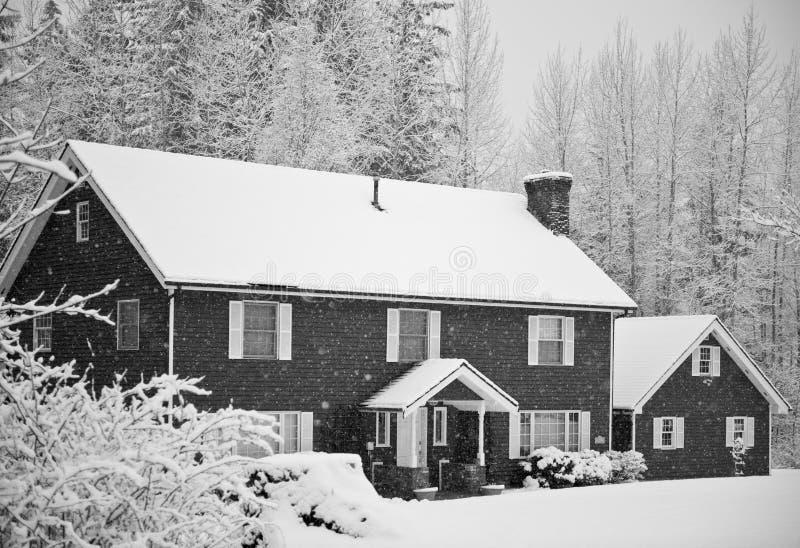 La neige a couvert à la maison dans la forêt photo libre de droits