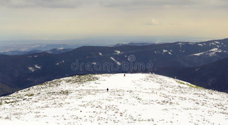 La neige a couvert des collines de montagne carpathienne loin de visite de randonneurs images libres de droits