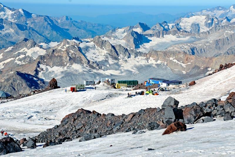 La neige a couvert des montagnes d'Elbrus au jour ensoleillé d'hiver images libres de droits