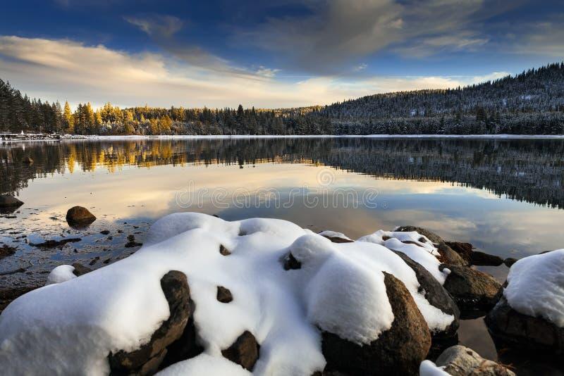 La neige a couvert des roches, lac Donner, la Californie images libres de droits
