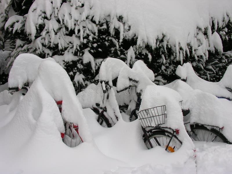 La neige a couvert des vélos images libres de droits