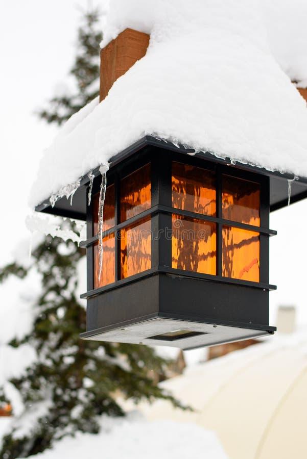La neige a couvert la lampe photographie stock
