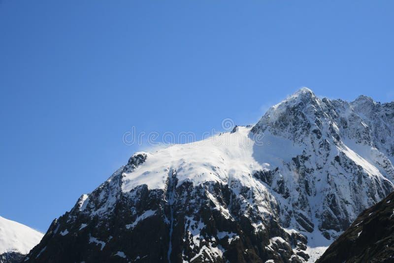 La neige a couvert le dessus de montagne photos stock
