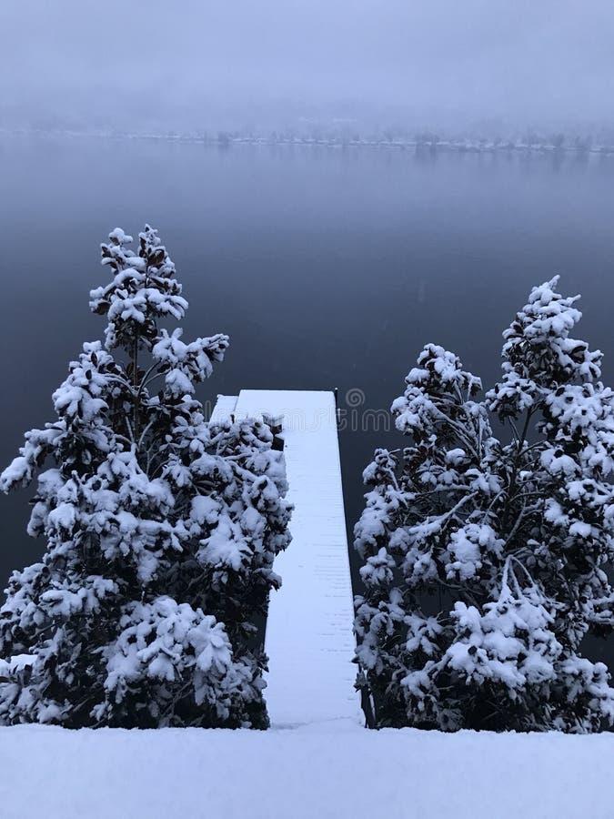 La neige a couvert le dock images stock