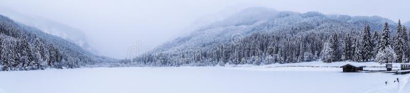 La neige a couvert le lac images stock