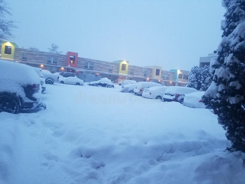 la neige a couvert le parking au complexe d'appartements photos libres de droits