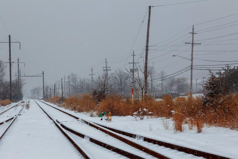 La neige a couvert le passage à niveau image stock