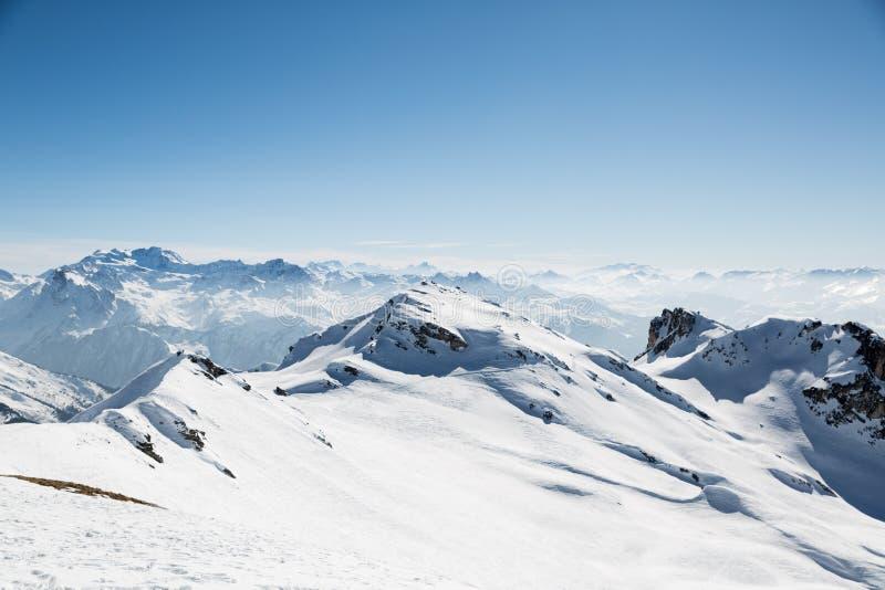 La neige a couvert le paysage de montagne à partir d'un dessus de montagne images stock