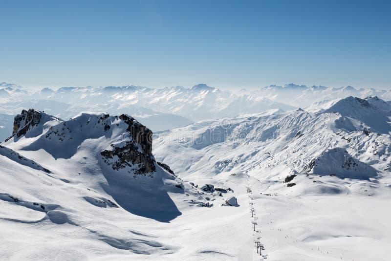 La neige a couvert le paysage de montagne à partir d'un dessus de montagne photos stock