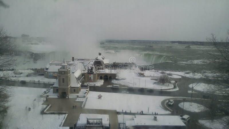 La neige a couvert le paysage devant des chutes du Niagara photo libre de droits