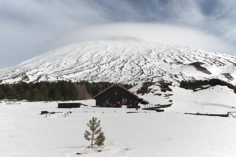 La neige a couvert le plateau de Galvarina ; sur le refuge et l'Etna Mount de Galvarina de backgrounf sous le nuage lenticulaire, image libre de droits