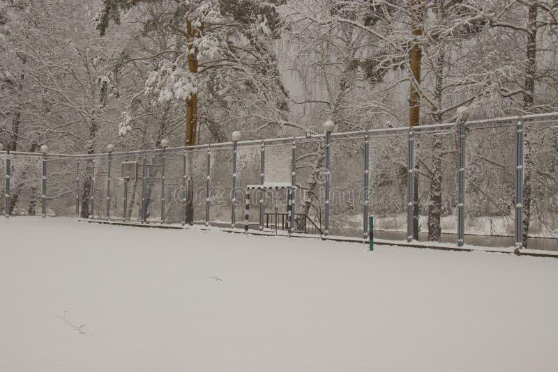 La neige a couvert le terrain de jeu photographie stock