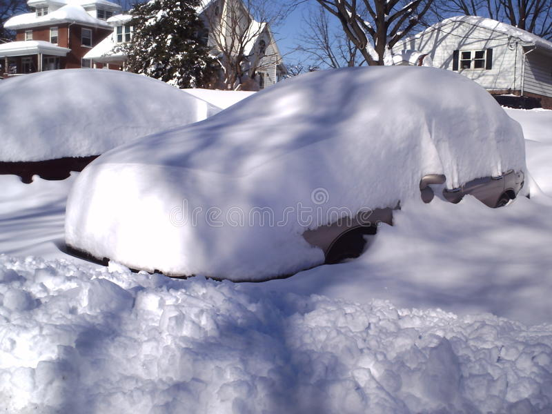 La neige a couvert le véhicule photographie stock libre de droits