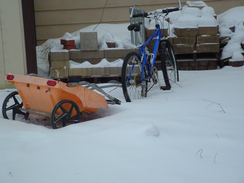 La neige a couvert le vélo images stock