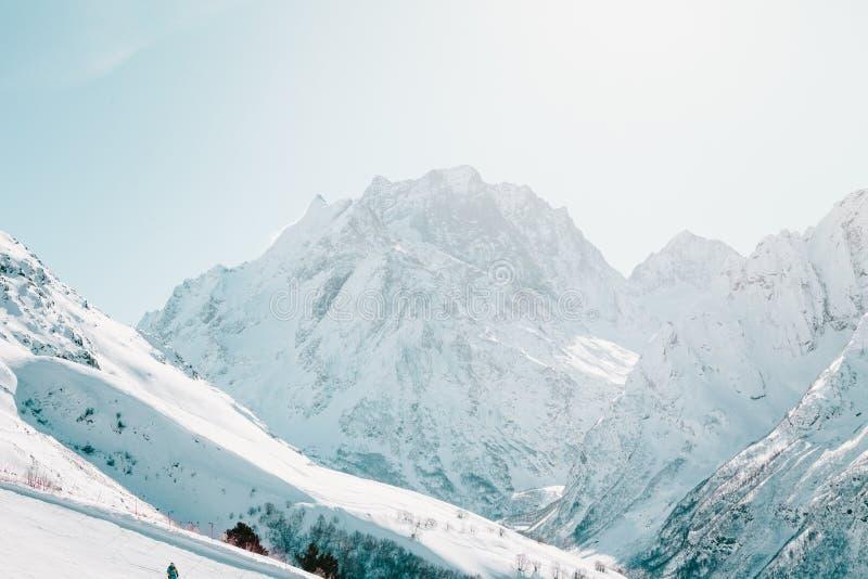La neige a couvert les pentes de ski contre le contexte de la montagne images libres de droits