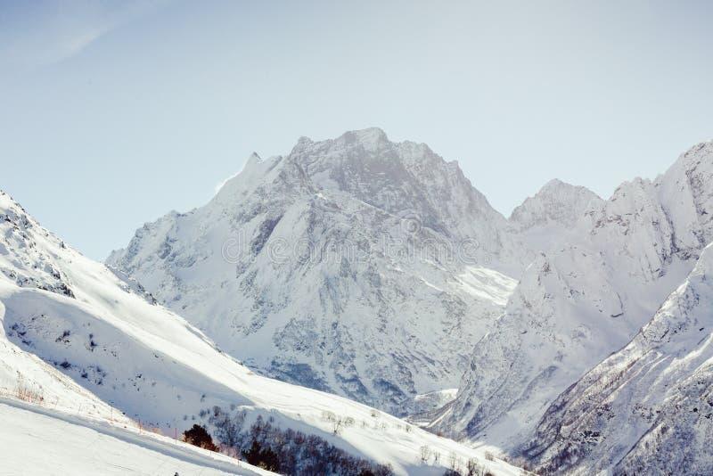 La neige a couvert les pentes de ski contre le contexte de la montagne photo libre de droits