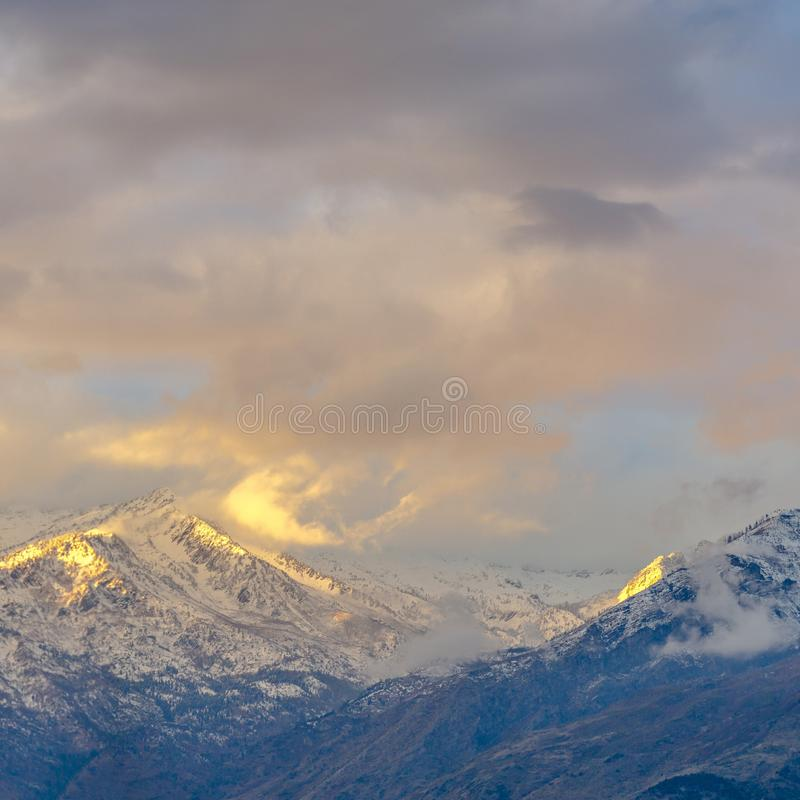 La neige a couvert la montagne maximale solitaire sous les nuages épais image libre de droits