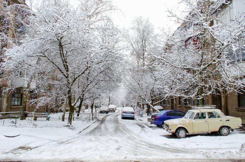 La neige a couvert la rue yard et voitures couverts de neige photographie stock
