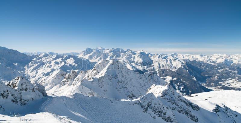 La neige d'hiver a couvert la montagne images libres de droits